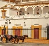Sevillas Stierkampfarena mit Wagen Lizenzfreies Stockbild