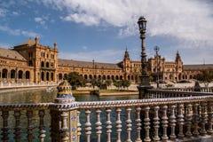 SEVILLE ANDALUSIA/SPANIEN - OKTOBER 13 2017: SPANIEN FYRKANTIGA BYGGNADER royaltyfri bild