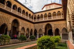 SEVILLE ANDALUSIA/SPANIEN - OKTOBER 13 2017: HIMMEL OCH MOLN FRÅN INRE GÅRD Royaltyfri Fotografi