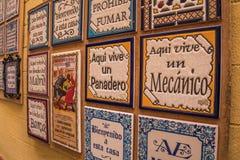 SEVILLE ANDALUSIA/SPANIEN - OKTOBER 13 2017: TECKEN PÅ KERAMISKA TEGELPLATTOR arkivbilder