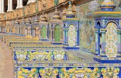 Seville - de belade med tegel 'landskapalkoven längs väggarna av plazaen de Espana (20-tal) vid Domingo Prida Arkivfoton