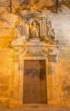Seville - den barocka portalen för sida av den kyrkliga Iglesiaen de Santa Maria Magdalena med statyn av Santo Domingo de Guzman Royaltyfri Foto