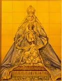 Seville - den keramiska belade med tegel Madonna på fasad av byggande av Parroquia de Santa Cruz de Sevilla Royaltyfria Foton