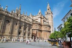 Seville - domkyrka de Santa Maria de la Sede med det Giralda klockatornet fotografering för bildbyråer