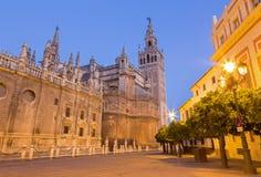 Seville - domkyrka de Santa Maria de la Sede med det Giralda klockatornet i morgon Arkivfoton
