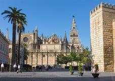 Seville - domkyrka de Santa Maria de la Sede med det Giralda klockatornet och väggar av alcazaren arkivbilder