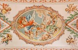Seville - freskomålningen av änglar med den symboliska kronan på taket i kyrkliga Sjukhus de los Venerables Sacerdotes royaltyfria foton