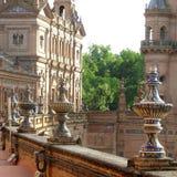 Seville går i den gamla staden av Seville Spanien fotografering för bildbyråer