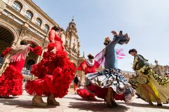 SEVILLE HISZPANIA, MAJ, - 2017: Młoda kobieta tana flamenco na Placu De Espana zdjęcie royalty free