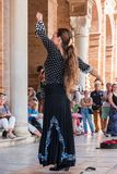 SEVILLE HISZPANIA, PAŹDZIERNIK, - 01, 2017: Młoda Hiszpańska kobieta tanczy S Obraz Stock