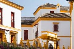 Seville i Spanien Traditionella färger av vit och gul arkitekturen den stad, royaltyfria bilder
