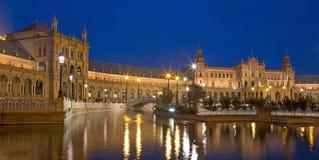 Seville - kanał na placu De Espana kwadracie projektującym aniÂbal Gonzalez w art deco i Mudejar stylu w eveni (1920s) Zdjęcie Royalty Free