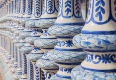 Seville - keramisk belagd med tegel balustrad av plazaen de Espana Arkivfoto