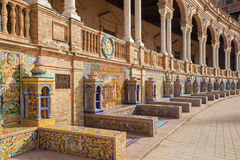Seville - Plaza de Espana som planläggs av AniÂbal Gonzalez (20-tal) i Art Deco och Neo-Mudejar stil och belade med tegel 'landsk Royaltyfri Bild