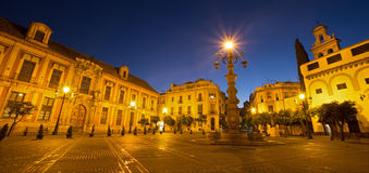Seville - Plaza del Triumfo och arzobispal Palacio (den ärkebiskopliga slotten) Royaltyfri Foto