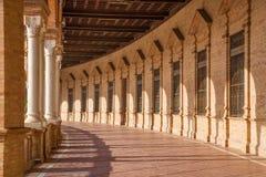 Seville - porticoesna av den Plaza de Espana fyrkanten som planläggs av Anibal Gonzalez (20-tal) i Art Deco och Neo-Mudejar stil Royaltyfri Fotografi