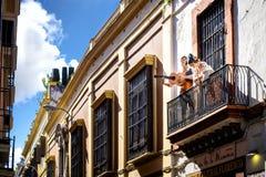 Seville: Skyltdockor av flamencodansare på balkongen, for advertizingvädjanen av en kulturell mitt för flamenco spain royaltyfria bilder