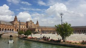 Seville slottfyrkant ljus sky royaltyfria foton