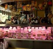 Seville Spain/17th Kwiecień 2013/Robi zakupy sprzedający pasmo smakosz obrazy stock