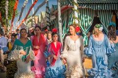 SEVILLE SPANIEN - April, 25: Kvinnor i flamencostilklänning på arkivbild
