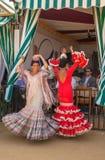 Kvinnor som utför sevillana, dansar på Seville'sens den April mässan Royaltyfri Fotografi