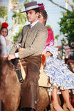 Seville Spanien - April 23, 2015: Par i traditionell klänning Arkivfoton