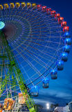 Seville Spanien - April 23, 2015: Pariserhjul som är upplyst på nig Fotografering för Bildbyråer