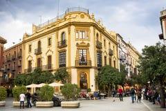 SEVILLE - SPANIEN: FEBRUARI 27, 2018 - Plaza Virgen de los Reyes spain royaltyfria bilder