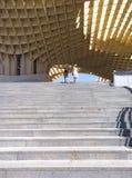 Seville Spanien - Juli 25, 2015: För par Metropol uppför trappan slags solskydd Arkivfoto