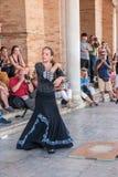 SEVILLE SPANIEN - OKTOBER 01, 2017: Ung spansk kvinna som dansar S Royaltyfria Bilder