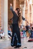 SEVILLE SPANIEN - OKTOBER 01, 2017: Ung spansk kvinna som dansar S Fotografering för Bildbyråer