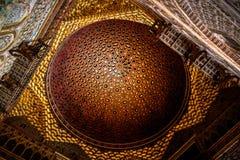 Seville Spanien - 5/2/18: Tak med invecklad huggen kunglig Alcazar för detaljer arkivbild