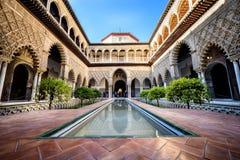 SEVILLE SPANIEN: Verklig Alcazar i Seville Uteplats de las Doncellas i den kungliga slotten, verklig Alcazar som byggs i 1360 royaltyfri foto