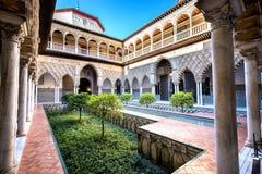 SEVILLE SPANIEN: Verklig Alcazar i Seville Uteplats de las Doncellas i den kungliga slotten, verklig Alcazar som byggs i 1360 fotografering för bildbyråer