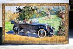 SEVILLE: Studebaker Azulejo rocznika samochodu znaka stara reklama przez billboardu Studebaker motorowego samochodu 1924 Calle Te zdjęcie royalty free