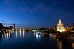 Seville torn av gulden samman med guadalquiviren Arkivbild