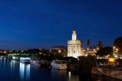 Seville torn av gulden samman med guadalquiviren Arkivbilder