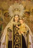 Seville - tradicional vested Madonna av Rafael Barbero (1945) på det huvudsakliga altaret av barockkyrkan Iglesia de Buen Suceso fotografering för bildbyråer