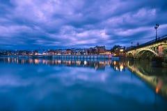Sevillie, drastisches Panorama des Flussufers Stockbild