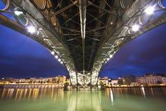 Sevillie, Panorama unter der Triana Brücke. Lizenzfreie Stockbilder