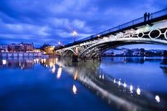 Sevillie, romantisches Panorama des Flussufers Stockfoto