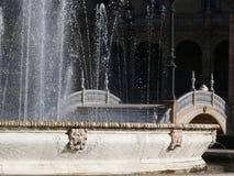 Sevillla, Hiszpania, 01/02/2007 Royal Palace Obciosuje fontanna obrazy stock