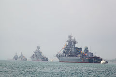 SEWASTOPOL, UKRAINE -- AM 12. MAI: Moderne Kriegsschiffe in der Parade O Lizenzfreies Stockfoto