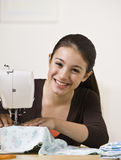 Sewing adolescente de sorriso Fotos de Stock