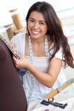 Sewing asiático deleitado da mulher Fotografia de Stock