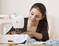 Sewing bonito da menina Imagens de Stock