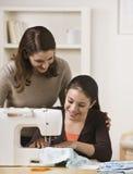 Sewing da mamã e da filha Foto de Stock Royalty Free