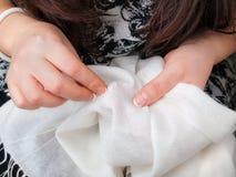 Sewing das mãos da mulher Foto de Stock Royalty Free