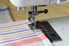 Sewing em uma máquina Imagens de Stock Royalty Free