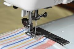 Sewing em uma máquina Fotos de Stock Royalty Free